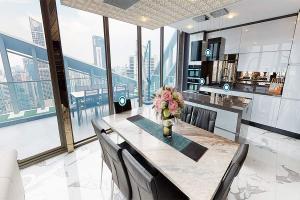 เช่าคอนโดนานา : ** FOR RENT & SELL AT LOSS ** RARE Sukhumvit Penthouse with 180 degree panoramic view ให้เช่า สุขุมวิท เพ้นเฮ้าส์ Hyde Sukhumvit 11 duplex - Exclusive luxury branded Decoration | 2mins to BTS Nana, 6mins to Central