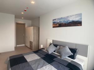 For RentCondoRama9, RCA, Petchaburi : 2 bedrooms, 2 bathrooms 🔥 Life Asoke Rama9, size 58 sqm., High floor, beautiful decorated room. Ready to move electrical appliances 095-249-7892