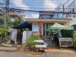 For SaleLandRatchadapisek, Huaikwang, Suttisan : 2 storey townhouse for sale and a room Land area 138 sq.w., Village U Charoen 29, near MRT Sutthisan