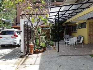 For RentHouseSukhumvit, Asoke, Thonglor : Single house for rent Soi Sukhumwim 61 (Setthabut), 400 meters walk from Ekkamai BTS station