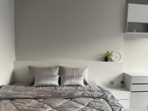 For RentCondoRama9, RCA, Petchaburi : Quick sale 🔥 Life Asoke Rama9 Stu room 26 sq m. Beautifully decorated, fully furnished, complete electrical appliances 095-249-7892