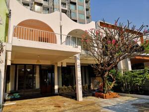 For RentTownhouseSukhumvit, Asoke, Thonglor : For rent: 2 storey townhouse, beautifully decorated, bathroom near BTS Ekkamai.