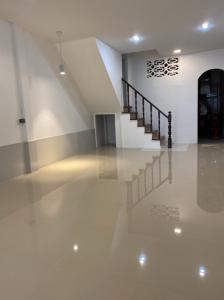 ขายทาวน์เฮ้าส์/ทาวน์โฮมสำโรง สมุทรปราการ : ทาวน์เฮ้าส์ 2ชั้น ครึ่ง สุขุมวิท 113 ด่านสำโรง 56 1 ขนาด 17  ตรว 2,190,000 บาท ❗️❗️FLASH SALE❗️❗️ ห้องว่างคะ แอดไลน์เลยคะ Line ID: @condobkk (มี @ ด้วย)