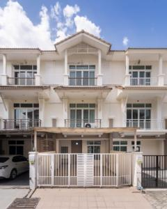 ขายทาวน์เฮ้าส์/ทาวน์โฮมพระราม 3 สาธุประดิษฐ์ : 💥ขายด่วน ทาวน์เฮ้าส์ 3 ชั้น💥 พร้อมอยู่ หมู่บ้านอรุณพัฒน์ พระราม3-สาธุประดิษฐ์ บ้านสวย เฟอร์ครบ บ้านไม่โทรมเลยคะ. #ขายเพียง9.9ล้าน