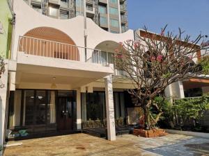 For RentTownhouseNana, North Nana,Sukhumvit13, Soi Nana : Code C3924 2-storey townhouse for rent, Sukhumvit 63, Ekkamai 12, near BTS Ekkamai, Thonglor.