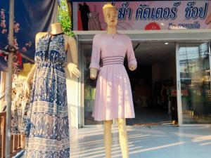 เซ้งพื้นที่ขายของ ร้านต่างๆพัทยา บางแสน ชลบุรี : เซ้ง ร้านเสื้อผ้าและกระเป๋า พร้อมอุปกรณ์ทุกอย่าง เข้ามาบริหารต่อได้เลย