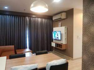 For RentCondoRattanathibet, Sanambinna : JSN011 Condo for rent, The Hotel Service Condominium, new luxury room, very real picture, next to Bang Kraso BTS station.