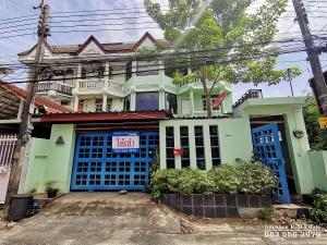 For RentTownhouseKasetsart, Ratchayothin : Townhouse for rent Soi Lat Phrao Wang Hin 16, Ladprao-Wang Hin Road Land 32 square meters, 3 floors, 2 booths, 7 bedrooms, 6 bathrooms, suitable for an office or home office. There is a storage room. And meeting rooms Good location in the city center