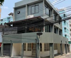 For RentShophouseRatchadapisek, Huaikwang, Suttisan : 3-storey commercial building for rent, Soi Pracha Songkhro, Din Daeng, near the University of the Chamber of Commerce, beautiful decoration, Loft style, 2 air conditioners, suitable as an office, studio, coffee shop