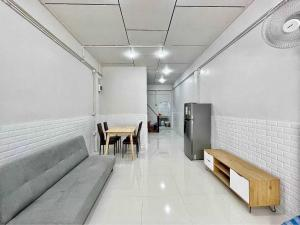 For RentTownhouseWongwianyai, Charoennakor : express!!! Townhouse for rent, 3 floors, 3 bedrooms, 2 bathrooms, Issaraphap area, near Siriraj Prannok, renovated.