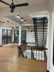 For RentShophouseRatchadapisek, Huaikwang, Suttisan : Rent a 3-storey building, the University of the Chamber of Commerce Full area Suitable for office Or restaurant delivery There is a space for motorcycle parking.