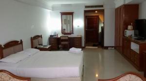 For RentCondoPha Nakorn, Yaowarat : For rent, Juldis River Mansion, near Phra Athit Road, Khao San Road, price 13,000 baht.