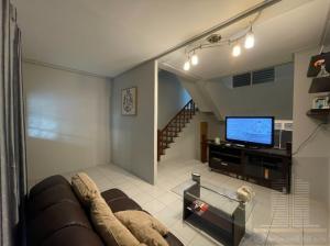 For RentTownhouseRatchadapisek, Huaikwang, Suttisan : Townhome 3.5 floors 26 sq.w. 5 bedrooms near MRT Huai Khwang - Suthisan, Suthisan Rd., Ratchada area