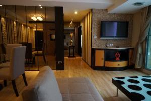 For RentCondoNana, North Nana,Sukhumvit13, Soi Nana : Urgent Rent Available ++ Spacious Rooms ++ Good Decor ++ Harmony Living Sukhumvit ++ MRT & BTS Connecting 🚅Special negotiable 37000🔥