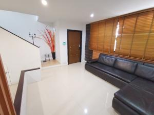 For SaleTownhouseLadprao 48, Chokchai 4, Ladprao 71 : Cheapest sale 3,999,999 baht, 3-storey townhome, private university, Nirvana Life, Ladprao 71, Nakniwat 48