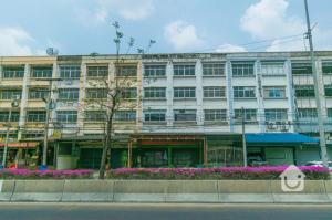 For SaleShophouseRangsit, Patumtani : Selling a commercial building, 4 and a half floors, 2 adjacent shophouse next to the new Nimit road, total size 72 sq.wa., price 10.74 million baht!
