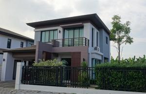 For RentHouseRamkhamhaeng Nida, Seri Thai : RH539 Single house for rent, Aqua Divina Village, Soi Ramkhamhaeng 94, Ramkhamhaeng Road, has a lawn, garden around the house.