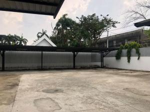 For RentLandOnnut, Udomsuk : Land for rent with office, area 1 rai, Udom Suk area, near BTS Udom Suk, 30 parking spaces.