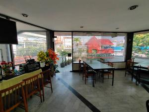 For RentRetailLadprao, Central Ladprao : Restaurant for rent, 2nd floor Total usable area of 100 square meters, with separate male / female bathrooms, air conditioners, Lad Phrao Road, Lat Phrao Road, on the road, combined parking, suitable for a small cafe, office, rental price 35,000 baht / m