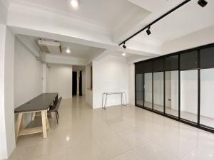 For RentRetailSukhumvit, Asoke, Thonglor : Area for rent, 1st floor, can trade, beauty salon, residence, studio, office @ Soi Ekamai
