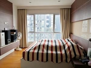 For RentCondoWongwianyai, Charoennakor : Condo Hive Taksin @BTS Wongwian Yai 74 sq.m 2 Beds 2 Baths 28th floor Facing East, Corner Unit, Fully furnished