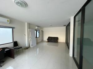 For RentTownhouseRatchadapisek, Huaikwang, Suttisan : For rent ! Home office on Ratchada Road, just 10 minutes walk from MRT, can park more than 5 cars (095-929-5613).
