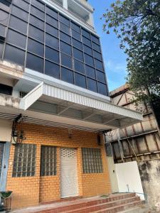 For RentShophouseSamrong, Samut Prakan : 5-storey commercial building for rent, completely renovated. Near BTS Samrong.