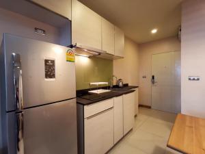For RentCondoSukhumvit, Asoke, Thonglor : Condo for rent near BTS Ekkamai, spacious room with balcony, only 500 meters from BTS Ekkamai.