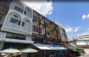 For SaleShophouseWongwianyai, Charoennakor : ** Urgent, very cheap, rare location near Krung Thon Buri BTS ** 4-storey commercial building for sale Charoennakorn 14, renovated, 27 sq m.
