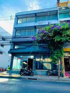 For RentShophouseLadprao101, The Mall Bang Kapi : BS686 For rent, commercial building, 4 floors, two booths, Ladprao 122, suitable for office and showroom.