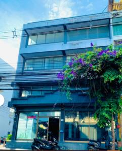 For RentShophouseLadprao101, The Mall Bang Kapi : NS043 Commercial building for rent, 4 floors, 2 adjoining booths, corner room with deck, Soi Ladprao 122 intersection 10, good location, suitable for showrooms, shops, offices.