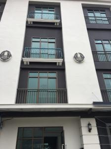 For RentHome OfficeRamkhamhaeng, Hua Mak : For rent, new home office, beautiful, next to 30 wah road, 4 floors, 3 bedrooms, 3 bathrooms, some air-conditioned units, Ramkhamhaeng Road, many car parks, rental price 39,000 / month