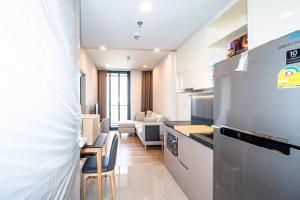 For RentCondoSukhumvit, Asoke, Thonglor : POJ 236 New condo for rent, Oka Haus, Sukhumvit 36, near Maleenont Building, Rama 4. The room is fully furnished.