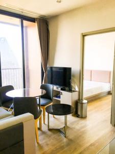 For RentCondoSukhumvit, Asoke, Thonglor : POJ 243 New condo for rent, Oka Haus, Sukhumvit 36, near Maleenont Building, Rama 4. The room is fully furnished.