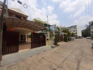 For SaleTownhouseLadprao 48, Chokchai 4, Ladprao 71 : >> Townhouse for sale, Soi Nakniwas 48, 3 floors, very cheap (good condition, a lot of usable space)