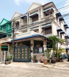 For SaleCondoLadprao101, The Mall Bang Kapi : Urgent sale !! 3-storey townhouse, corner area, 23 sq m, 4 bedrooms, 3 bathrooms, 1 kitchen, Sinthani Villa Village Next to Nawamin 101 Road, Klong Kum Sub-District, Bueng Kum District, Bangkok