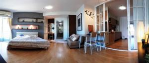 For RentCondoWongwianyai, Charoennakor : For rent >> Baan Sathorn Chaopraya 1 bedroom high floor. Pool view.