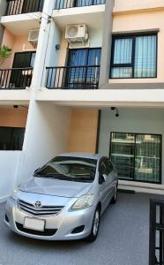 For RentTownhouseSamrong, Samut Prakan : Rent a 3-storey townhome, furnished with appliances.
