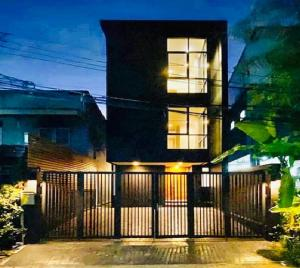 For RentTownhouseSapankwai,Jatujak : For Rent 3-storey townhome for rent, new building, Inthamara Sutthisan area, near MRT Sutthisan, high ceiling, partial furnishings, 4 air conditioners, residential or as a registered office