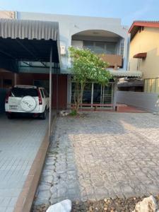 For RentHousePattanakan, Srinakarin : HR717 2 storey house for rent, Muang Thong Village 2/1 Soi Pattanakarn 74, convenient transportation