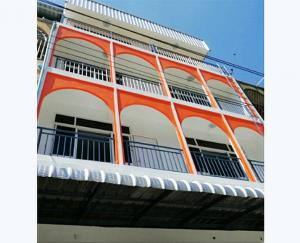 For RentShophouseRamkhamhaeng, Hua Mak : 4-storey commercial building Ramkhamhaeng 58/4 with a bus stop in front of the alley Near the building there is a lot of parking lots. Near The Mall Bangkapi