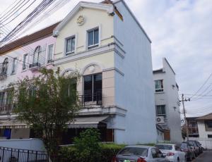 For SaleTownhouseOnnut, Udomsuk : Townhome for sale, Baan Klang Muang, 3 storey , corner unit, good location Sukhumvit 77 Road ( On Nut 46 )