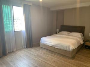 เช่าคอนโดสาทร นราธิวาส : ให้เช่าถูก บลอสซั่ม คอนโด แอท สาทร -เจริญราษฎร์   ( Blossom Condo@Sathorn -Choroenrat) ) ใกล้ BRT  สุรศักดิ์ แบบ 2 ห้องนอน พร้อมเฟอร์ เพียง 20,000