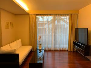 For RentCondoSukhumvit, Asoke, Thonglor : Condo for rent, The Address Sukhumvit 61, near BTS Ekkamai about 450 meters.