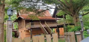 ขายบ้านสมุทรสงคราม : บ้านเดี่ยว บ้านทรงไทย สวย งามมาก บ้านปรุง จากไม้สัก และกระเบื้องว่าวโบราณแท้ ใกล้ตลาดน้ำอัมพวา พร้อมที่ดิน  119 ตร.วา