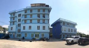 For SaleBusinesses for saleRamkhamhaeng,Min Buri, Romklao : Selling 5-storey apartments + 3 floors, a total of 56 units, 2 ngan areas, 24.2 sq m, selling price 45 million baht and parking 1 rai, selling price 21 million baht.