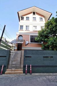 เช่าบ้านอารีย์ อนุสาวรีย์ : บ้าน หรือ Home Office 3ชั้น ให้เช่า ใกล้ BTS อารีย์ (ประมาณ150 เมตร)
