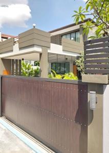 เช่าบ้านสุขุมวิท อโศก ทองหล่อ : Rental / Selling : Single House with Swimming Pool in Predi