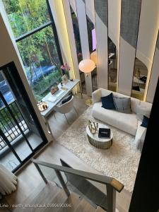 Sale DownCondoRatchadapisek, Huaikwang, Suttisan : Sale down payment Soho Bangkok Ratchada, 18th floor, VIP floor (negotiable), two-story duo space, high ceiling, 18th floor, VIP floor, very rare, north (Diamond cut glass direction) for sale by owner.