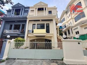 ขายทาวน์เฮ้าส์/ทาวน์โฮมรัชดา ห้วยขวาง : ขายบ้านทาวน์โฮม 3 ชั้น ( ตกแต่งใหม่) เนื้อที่ 49 ตารางวา 4 ห้องนอน 4 ห้องน้ำ บ้านพร้อมเข้าอยู่ ถนน รัชดา ใกล้สี่แยก เหม่งจ๋าย ราคาขาย 16 ล้านบาท